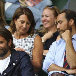Bradley Cooper al lado de Carole y James Middleton en la semifinal de Wimbledon