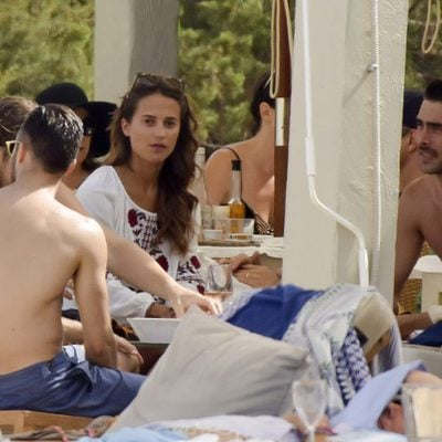 Alicia Vikander con Jon Kortajarena y otros amigos en un chiringuito de playa