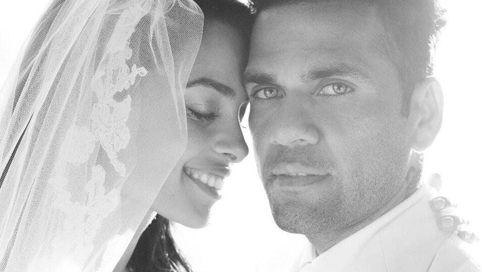 Dani Alves y Joana Sanz en una actitud romántica el día de su boda