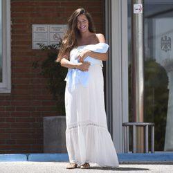 Malena Costa posa a la salida del hospital tras dar a luz a Mario