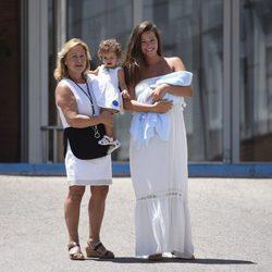 Malena Costa con su madre, su hija Matilda y su recién nacido Mario a la salida del hospital
