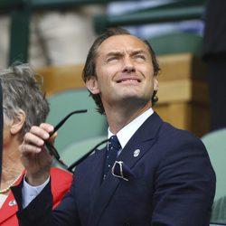 Jud Law disfrutando de la semifinal de Wimbledon 2017