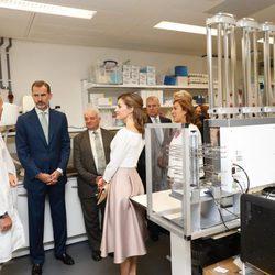 Los Reyes Felipe y Letizia en un laboratorio de biomedicina en Reino Unido