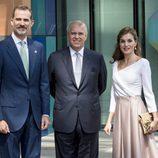 La Reina Letizia y el Rey Felipe con el Príncipe Andrés de Inglaterra