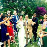 Canco Rodríguez y su mujer Marta Nogal recibiendo pétalos durante su boda