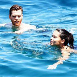 Adriana Lima y Metin Hara dándose un baño en el mar de Turquía