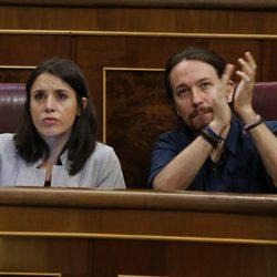 Irene Montero y Pablo Iglesias durante una sesión parlamentario