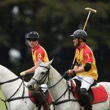 El Príncipe Harry y el Duque de Cambridge durante un partido benéfico de polo