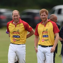 El Duque de Cambridge y el Príncipe Harry en un partido benéfico de polo