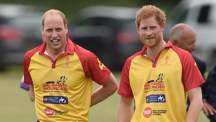 El Duque de Cambridge y el Príncipe Harry en un partido benéfico de polo