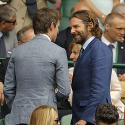 Bradley Cooper charlando con Eddie Redmayne en la final masculina de Wimbledon 2017