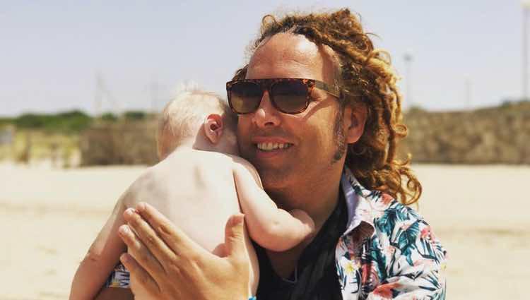Torito con su hijo Nathan en la playa