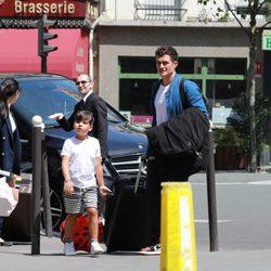 Orlando Bloom y su hijo Flynn de vacaciones en París
