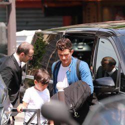 Orlando Bloom y su hijo Flynn en París