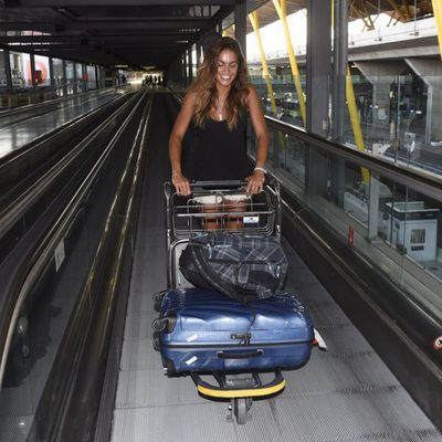 Lara Álvarez en el aeropuerto de Madrid a su vuelta de 'Supervivientes 2017'