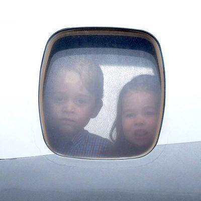 El Príncipe Jorge y la Princesa Carlota mira por las ventana del avión al llegar a Polonia