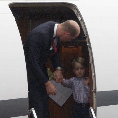 El Príncipe Jorge no quiere salir del avión a su llegada a Polonia