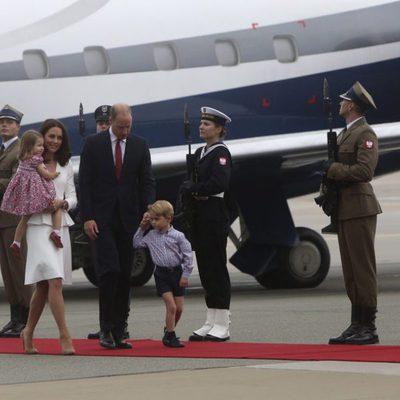 Los Duques de Cambridge y sus hijos a su llegada a Polonia