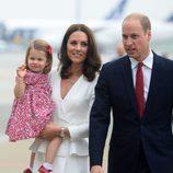 La Princesa Carlota saluda a su llegada a Polonia junto a los Duques de Cambridge