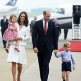 Los Duques de Cambridge, el Príncipe Jorge y la Princesa Carlota llegan a Polonia para un viaje oficial