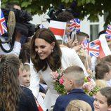 Kate Middleton, muy cariñosa con unos niños en Varsovia