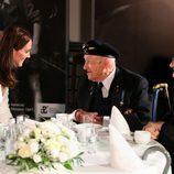 Kate Middleton con unos ancianos en el Museo del Levantamiento de Varsovia