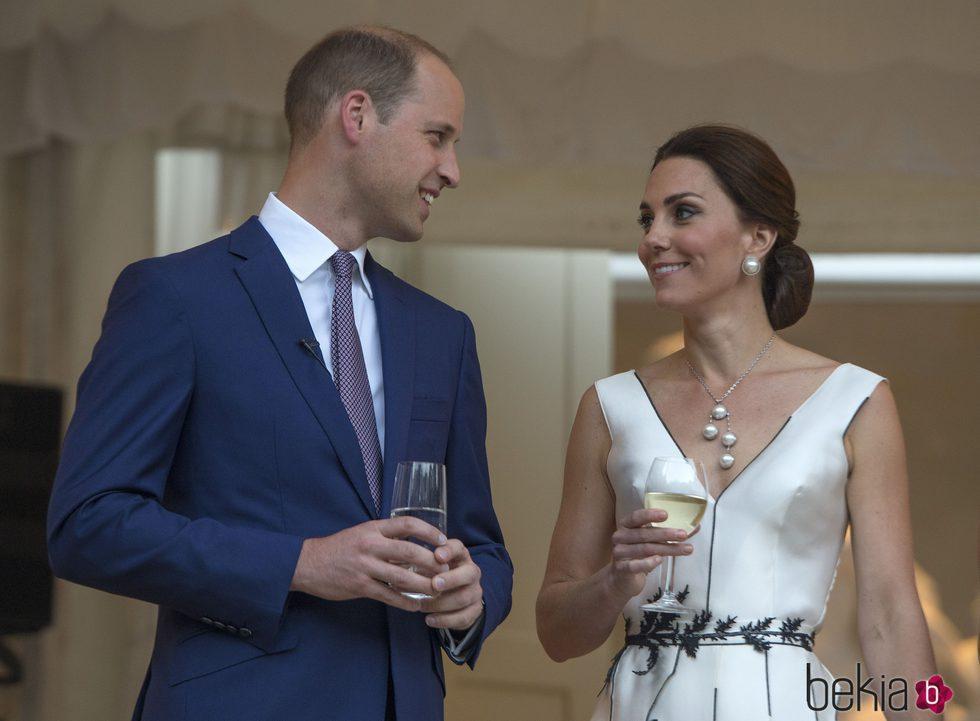 El Príncipe Guillermo y Kate Middleton, muy cómplices en una cena en Varsovia