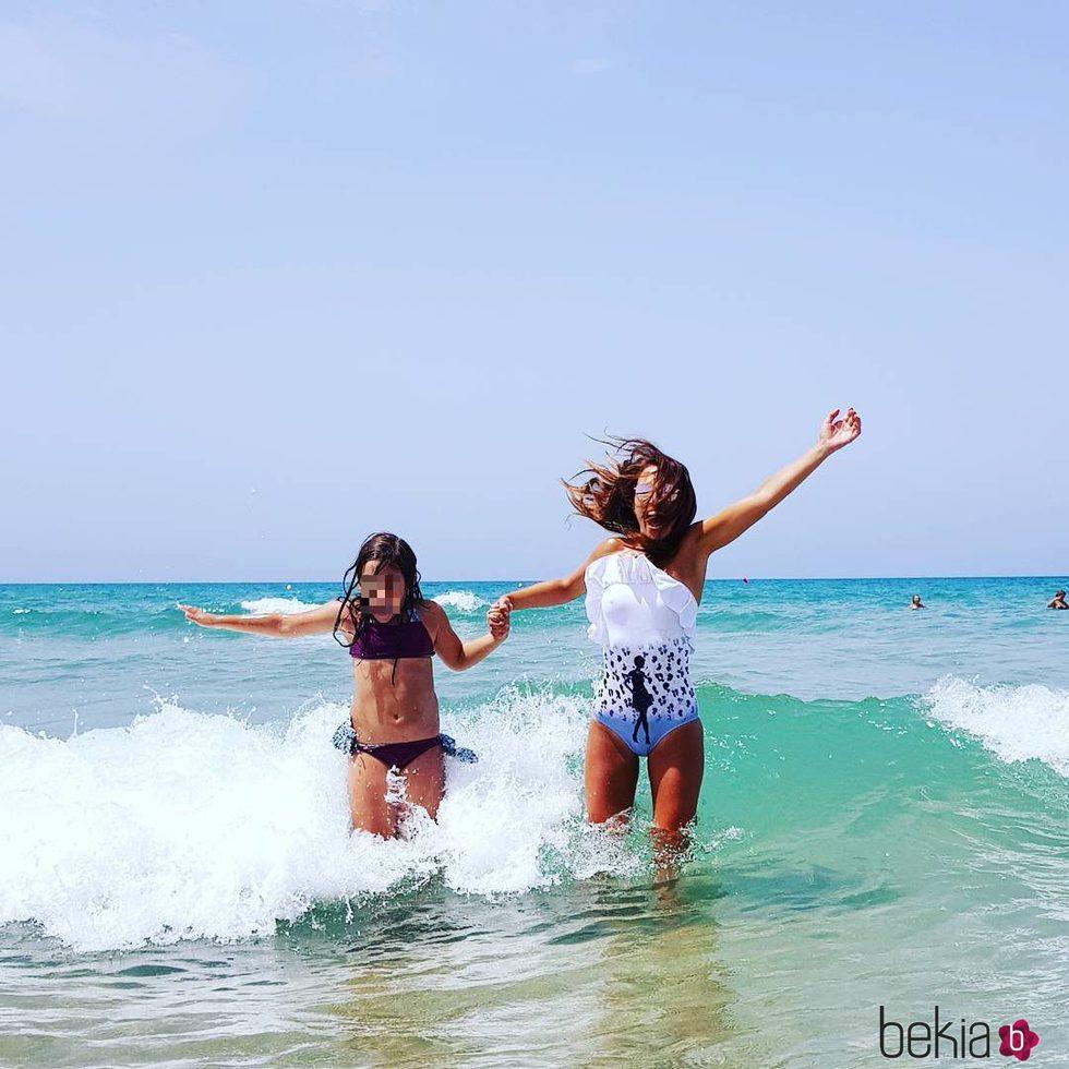 Paula Echevarría y Daniella Bustamante divirtiéndose en la playa