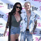 Aaron Carter junto a su novia