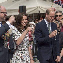 El Príncipe Guillermo y Kate Middleton tomando un licor en Gdansk