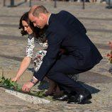 El Príncipe Guillermo y Kate Middleton dejan flores en el centro europeo de Solidaridad de Gdansk