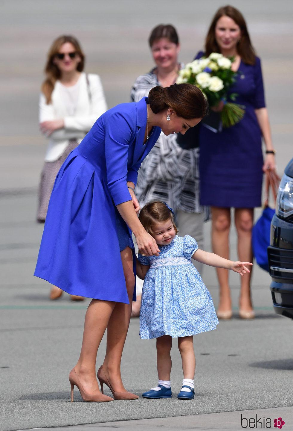 Kate Middleton con la Princesa Carlota al final de su visita oficial a Polonia