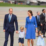 El Principe Guillermo y Kate Middleton de la mano con sus hijos Jorge y Carlota en su despedida de Polonia