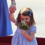 La Princesa Carlota huele unas flores a su llegada a Alemania