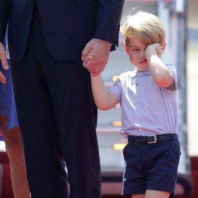 El Príncipe Jorge, con cara de sueño a su llegada a Alemania