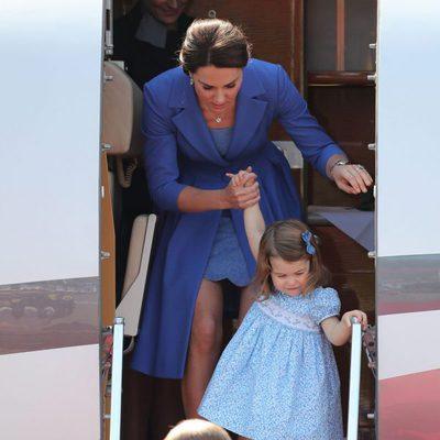 Los Duques de Cambridge y sus hijos Jorge y Carlota a su llegada a Alemania
