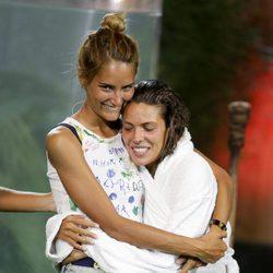 Alba Carrillo abraza a Laura Matamoros en la final de 'Supervivientes 2017'