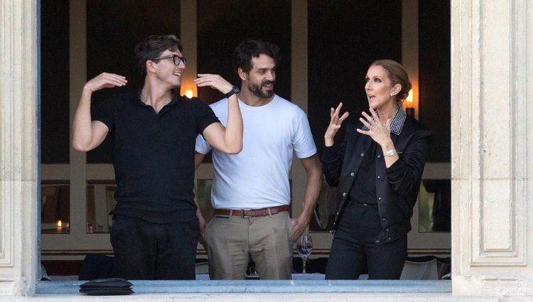Celine Dion con Pepe Muñoz en un restaurante de París