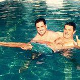 David Bustamante cogiendo a su padre en brazos en la piscina