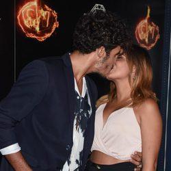 Kiko Jiménez y Gloria Camila besándose en la fiesta de la final de  'Supervivientes 2017'