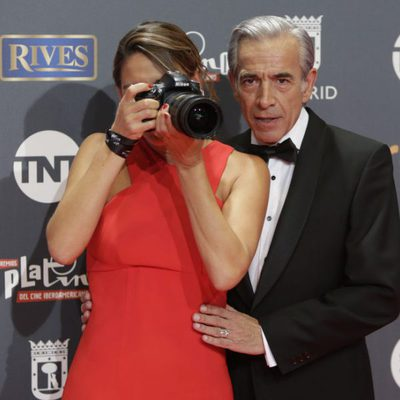 Imanol Arias y su novia Irene Meritxell haciendo fotos en los Premios Platino 2017