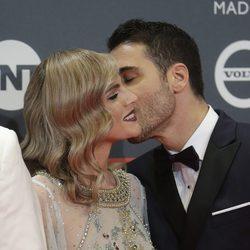 Miguel Ángel Silvestre y Amaia Salamanca saludándose en los Premios Platino 2017