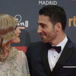 Miguel Ángel Silvestre y Amaia Salamanca hablando en los Premios Platino 2017