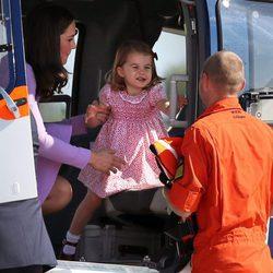 Kate Middleton con su hija la Princesa Carlota dentro de un helicóptero en Hamburgo