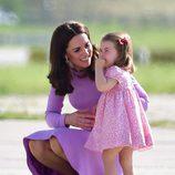 Kate Middleton consolando a su hija Carlota de Cambridge tras caerse en Hamburgo