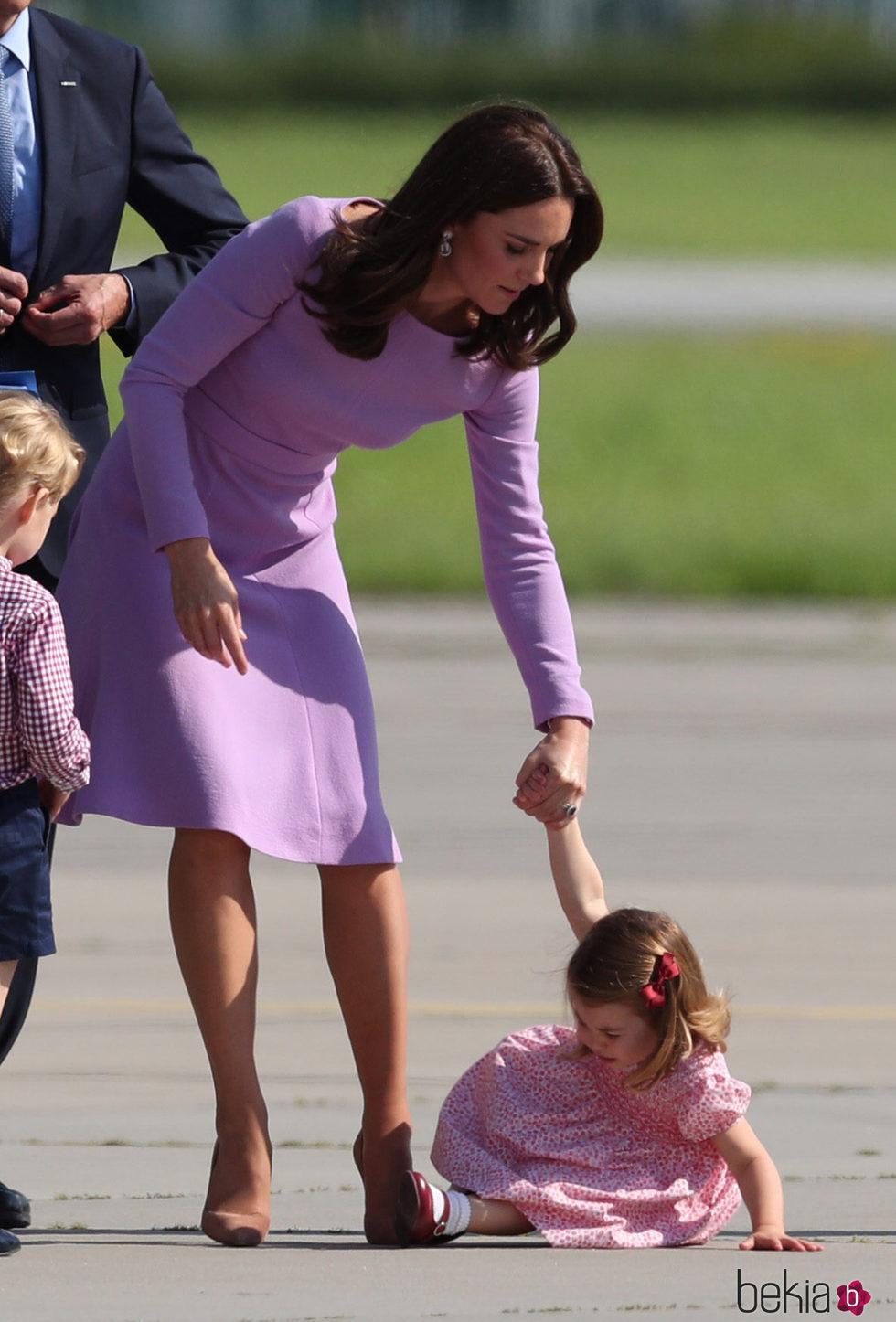 La Princesa Carlota tropieza y cae al suelo mientras iba de la mano de Kate Middleton en Hamburgo