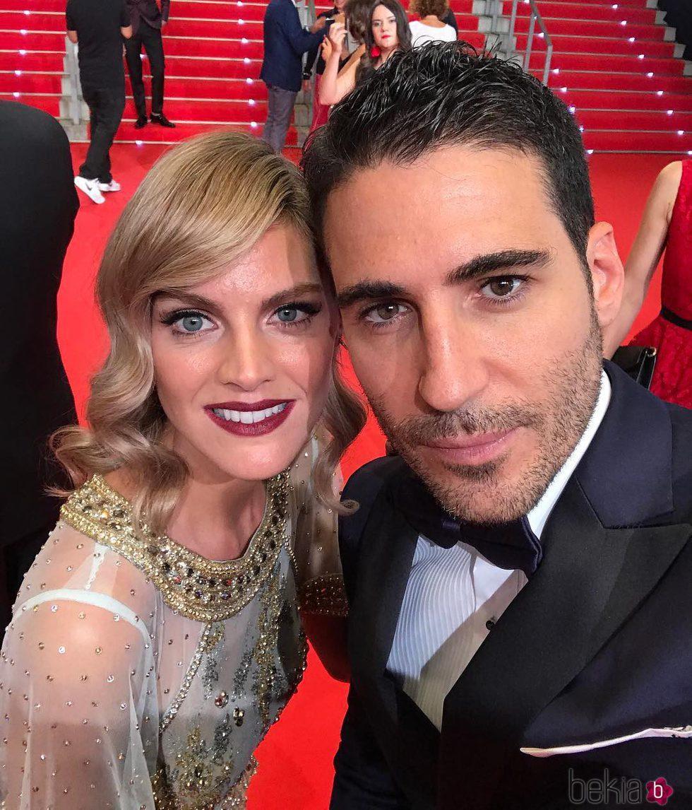 Miguel Ángel Silvestre y Amaia Salamanca haciéndose un selfie en los Premios Platino 2017