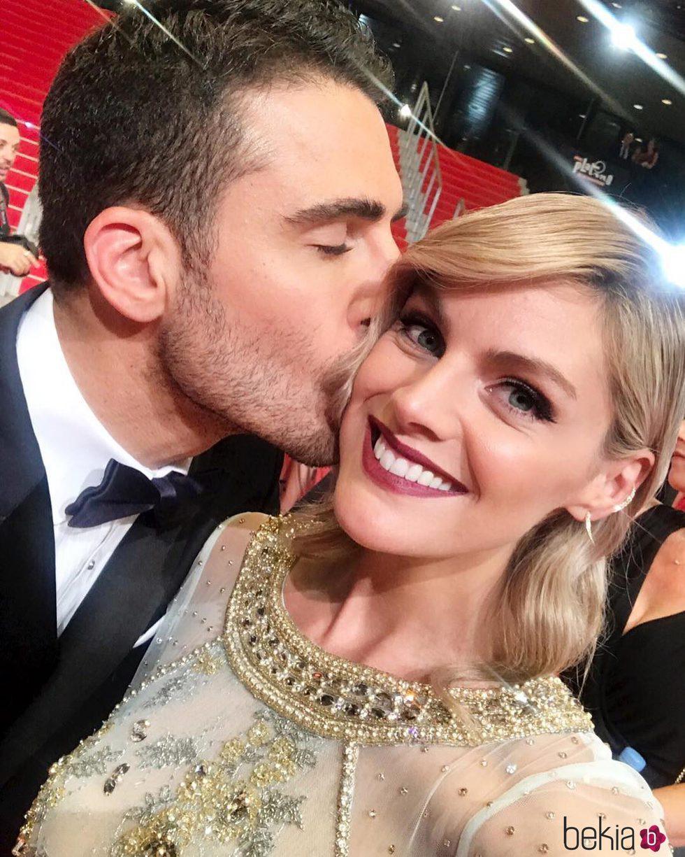 Miguel Ángel Silvestre besando cariñosamente a Amaia Salamanca en los Premios Platino 2017