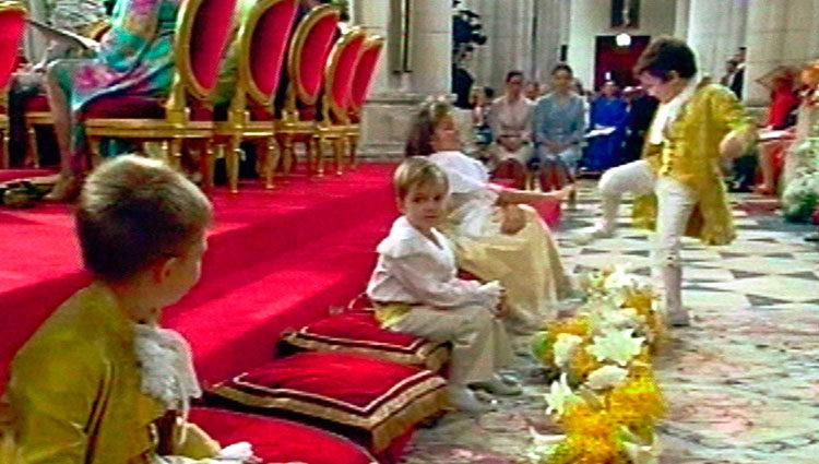 Froilán propinando una patada en la boda de los Reyes