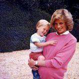 El Príncipe Guillermo de Inglaterra con su madre la Princesa Diana de Gales cuando tenía pocos años